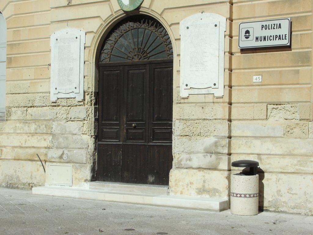 Castrì di Lecce, cestini e fioriere nel centro città