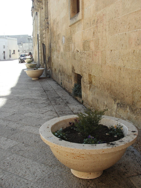 Castrì di Lecce fioriera ciotola sul piano stradale