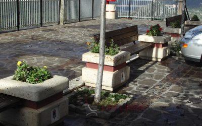 Comune di Ascrea RI panchine tra fioriere in cemento