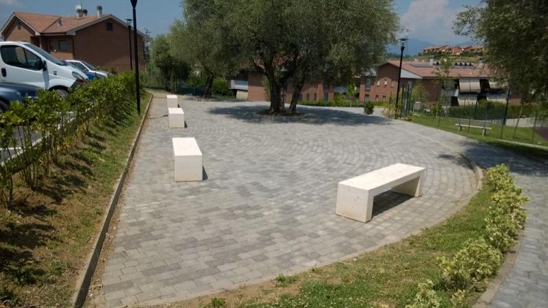 Comune di Fara in Sabina fioriere, panchine, panettoni e cestini in piazza
