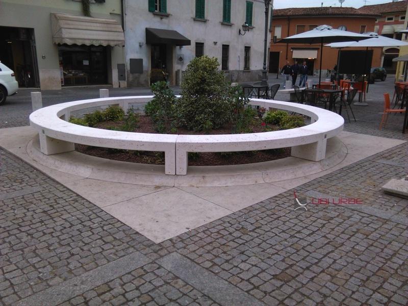Comune di Manerbio Bs, composizione di panchina curva monoblocco