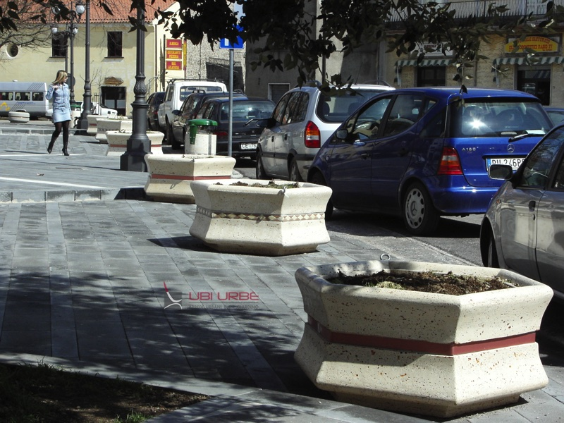 Comune di Roccamonfina Ce, cestini portarifiuti e fioriere esagonali