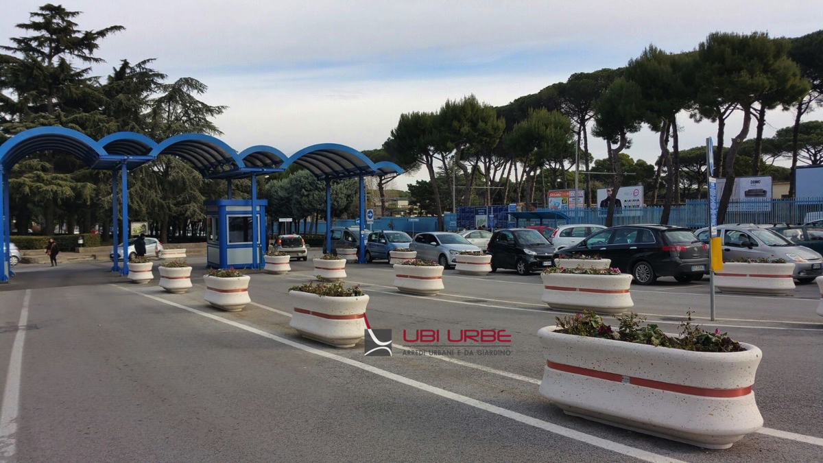 Fioriere in cemento all'entrata Ospedale Federico II di Napoli