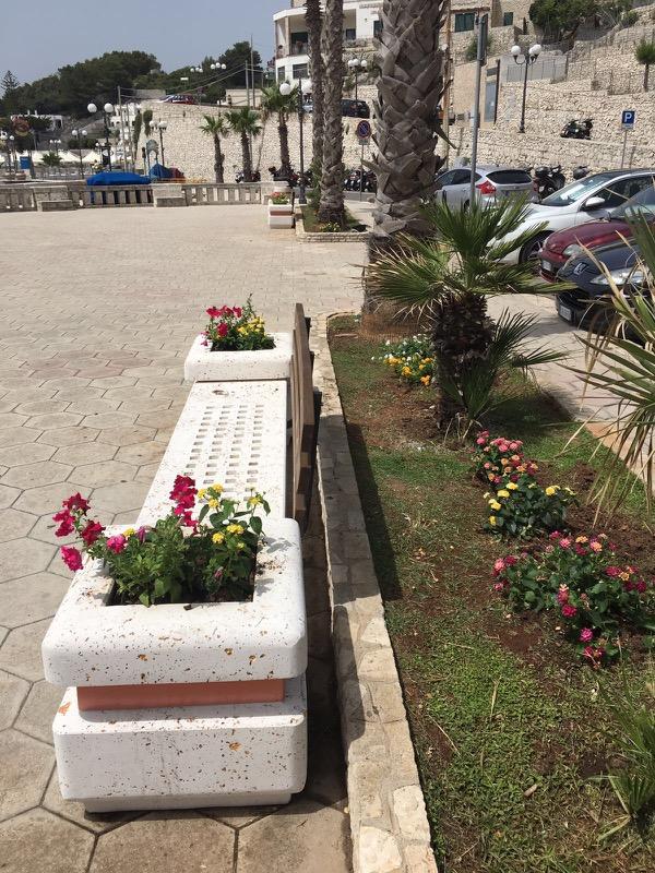 Piazza Dante - Castro Marina (Le) panchine in cemento con schienale in legno