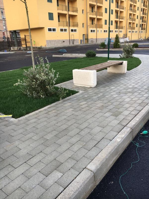 Panchine in cemento in via Antonio Labriola Scampia Napoli