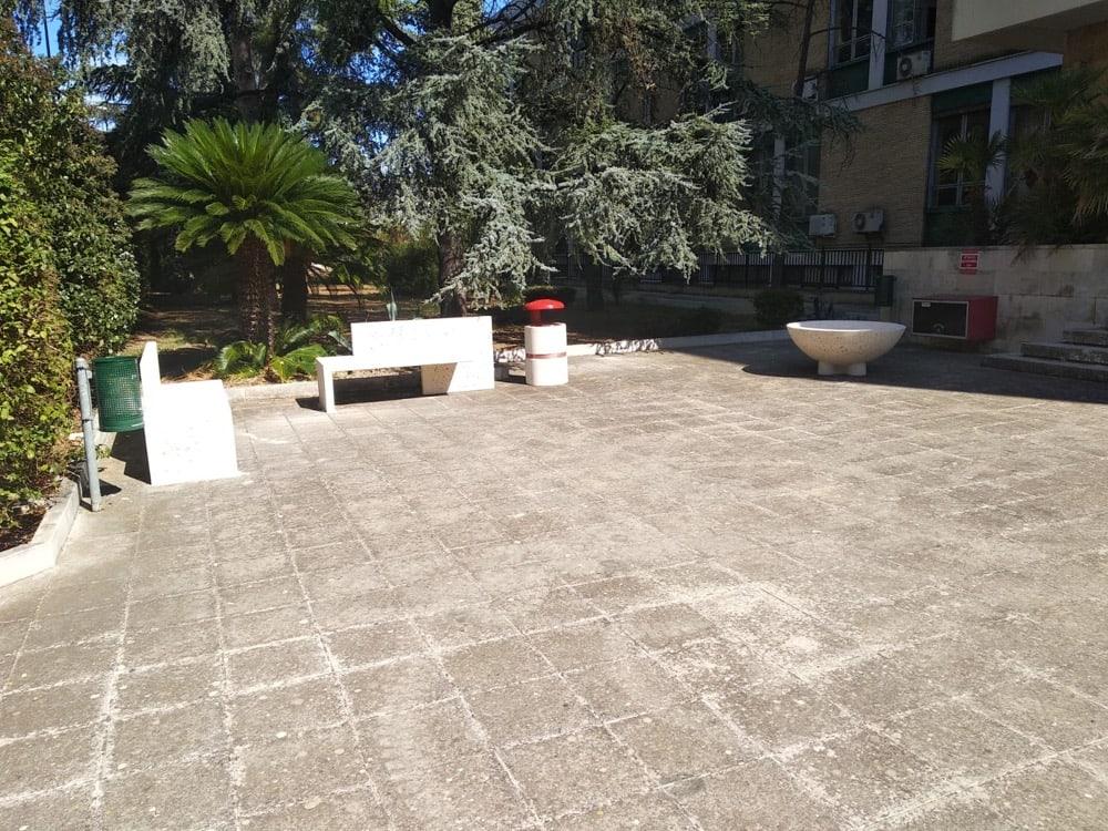 Panchine e cestini all' Università di Bari dipartimento fisica campus quagliariello